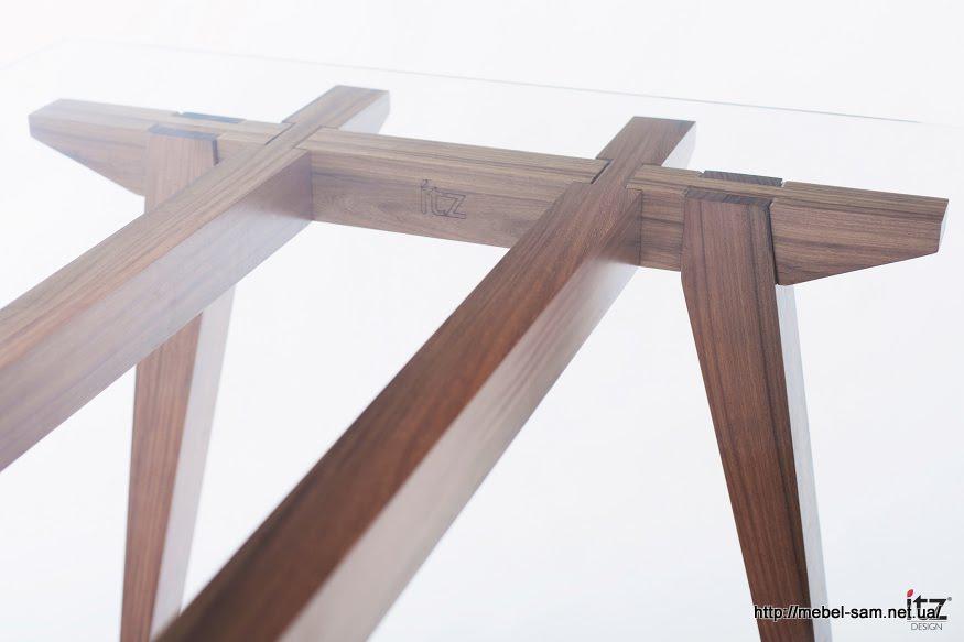 Сквозь стеклянную столешницу хорошо видна конструкция стола