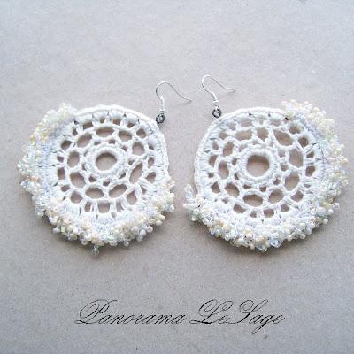 kolczyki szydełkowe koła Rosa na kole koraliki kolczyki duże okazałe Panorama LeSage biżuteria szydełkowa artystyczna