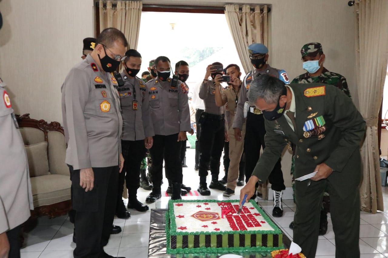 Kapolda Banten dan PJU, Kunjungi Kediaman Danrem 064/MY Berikan Surprise HUT TNI Ke-75
