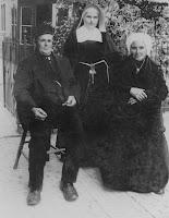 Monden, Johanna Maria (Zuster Aurelia)+ouders 1924.jpg
