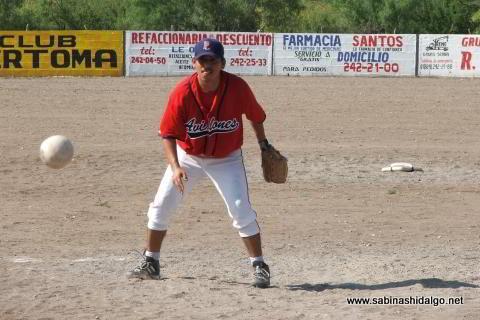 Alejandro García lanzando por Ponchados en el softbol del Club Sertoma
