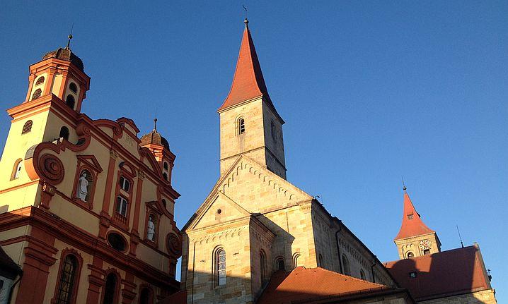Basilika St. Vitus und Evangelische Stadtkirche von Ellwangen von Süd-Westen in der untergehenden Sonne