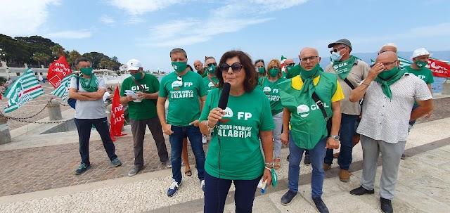Flash mob all'Arena Lido sul Lungomare di Reggio Calabria organizzato da FP CGIL, CISL FP e UIL FPL Calabria