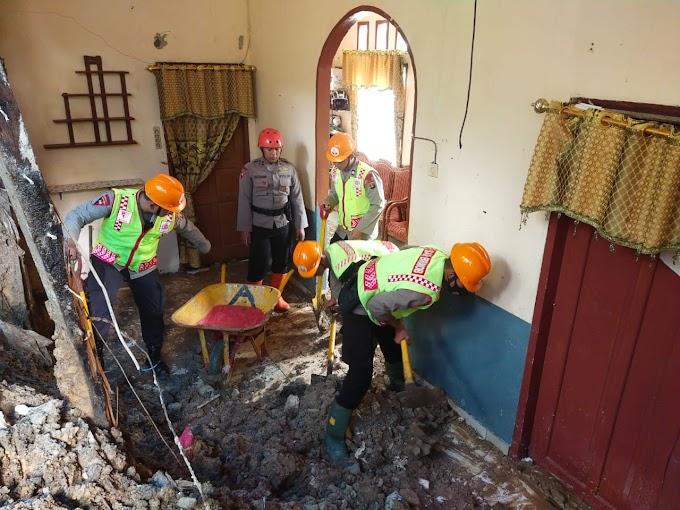 Respons Cepat Brimob Kaltim, Bantu Evakuasi Longsor di Perum Iqbal Balikpapan