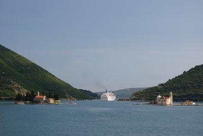 Ein Kreuzfahrtschiffen verlässt die Bucht von Kotor