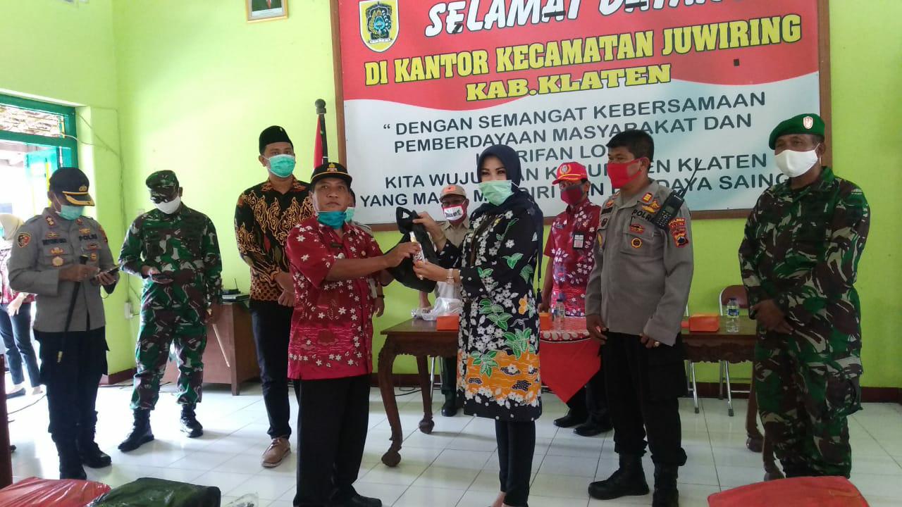 Ringankan Beban Warga Dari Dampak Virus Corona,  Bupati Klaten Bagikan Sembako,  Masker dan Hand Sanitizer di Tiga Kecamatan