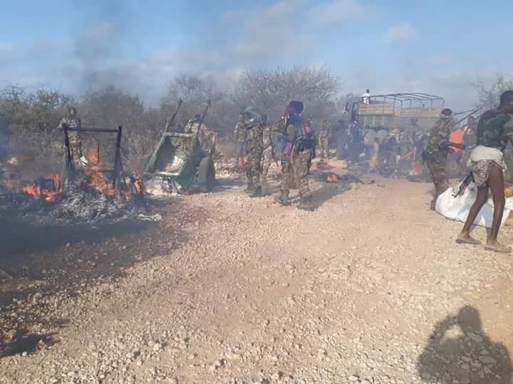 Daawo Sawirada:-  Al-Shabaab oo gubay raashin loo waday shacabka XUDUR