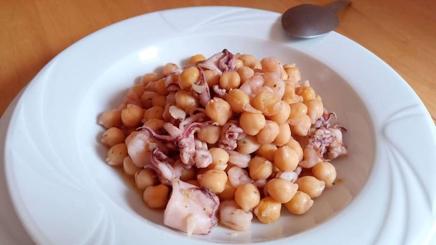 receta de garbanzos con calamar y gambas