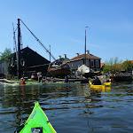 135-Een oude scheepswerf en daar werken nog stielmannen ambachtelijk aan de skutjes.