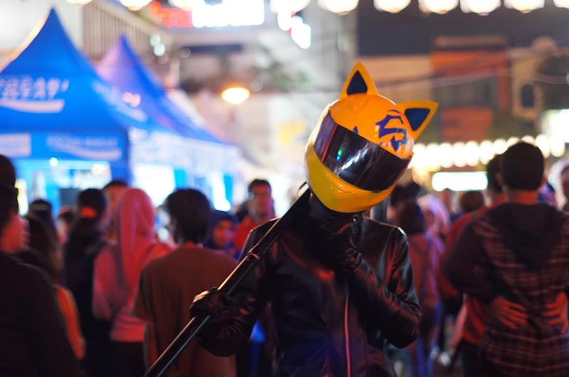 Cosplayer dengan helm kucing