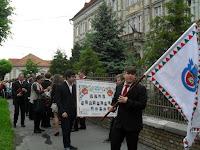 4 Az iskola zászlójával vonulnak a református gimnázium diákjai.jpg