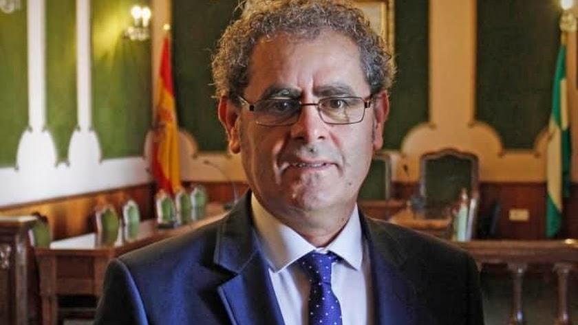 Antonio Torres en el salón de plenos del consistorio virgitano.