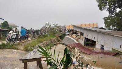 Satu Unit Toko Mebel di Sungai Ayak Roboh Akibat Longsor