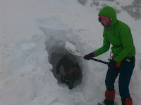 Kopanie tunelu do otworu jaskini Wielkiej Śnieżnej.