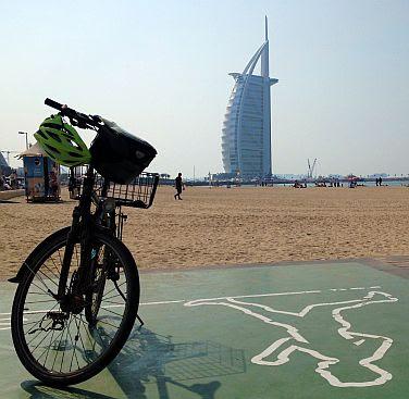 Panther Dominance Trekking mit den Burj Al Arab, Dubai, VAE