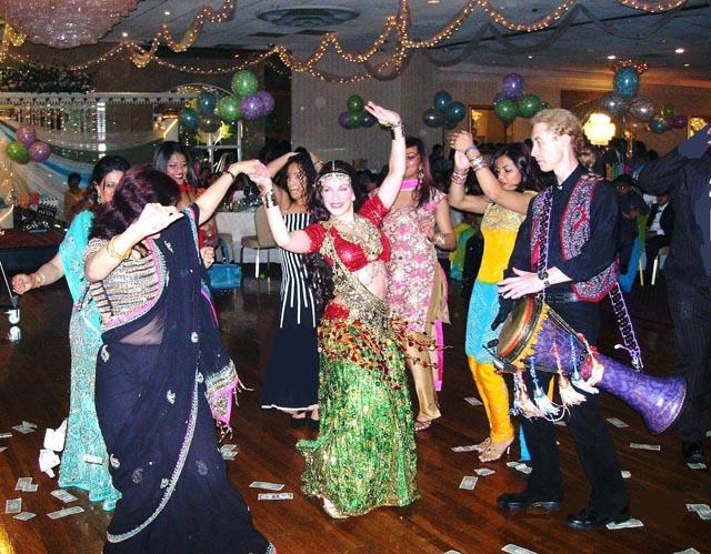 Mehndi Party Dance : Mehndi and sangeet in hindu wedding