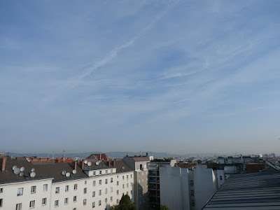 Hohe Wolkenfelder über der Stadt und ein wenig diesig, obwohl die Luft sehr trocken ist. Temperatur liegt kurz vor 9 Uhr bei 26,8°C