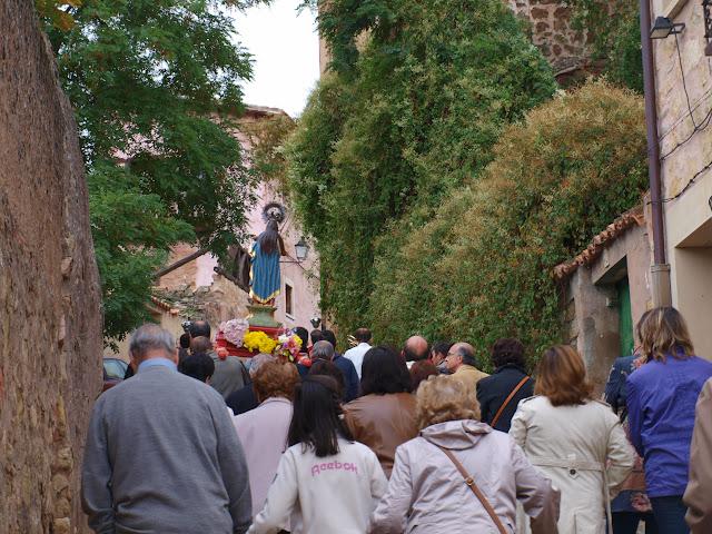 La procesión de la Virgen del Rosario subiendo por la calle de la Torrecilla, flanqueada por arboleda