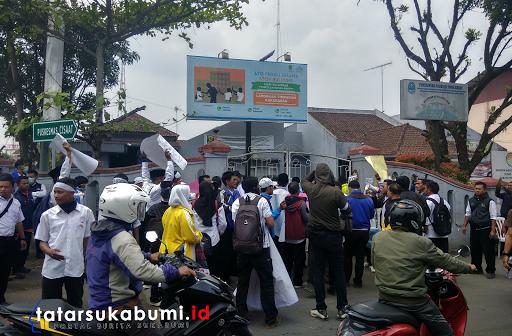 Situasi Terkini, Massa Aksi Guru Honorer Sukabumi Suport Perwakilan Dalam Mediasi