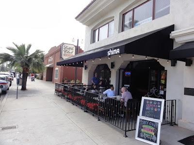En restaurant med terrasse mot fortauet.