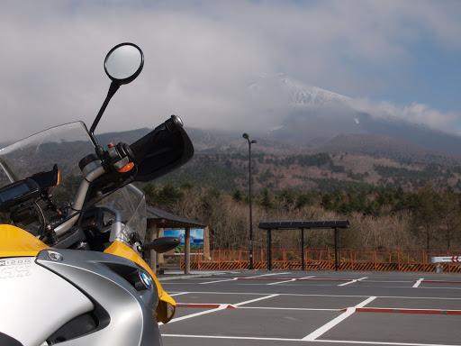 [写真]いつもの水ヶ塚から。富士山には雲がかかっていた