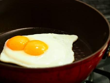 フライパンで双子の卵を焼く