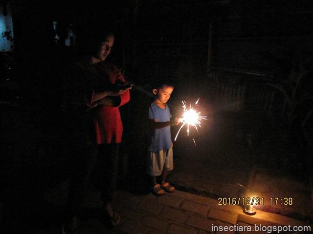dede Iyas bermain kembang api