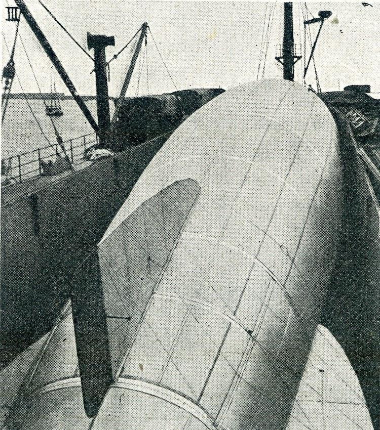 20- Un globo SCA en la bodega de proa. Observese su similitud con la del CANNING. De la revista Ibérica. Año IX. Tomo 2º. Vol. XVIII. Num.434, de 1 de julio de 1922.jpg