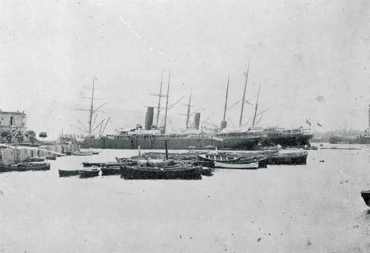 En primer plano el vapor ISLA DE MINDANAO en el puerto de Barcelona. Del libro PARA LA HISTORIA DE LA COMPAÑÍA TRASATLANTICA.JPG