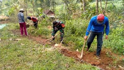 Tingkatkan Perekonomian Warga, Babinsa Karanganyar Buka Akses Jalan Program Padat Karya