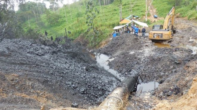 At least 3,000 barrels of crude oil spilled in an Amazon region after leaks from Peru's main oil pipeline on 23 February 2016. The oil poured into the Chiriaco and Morona rivers in northwestern Peru, the government's environment watchdog, OEFA, said. Photo: OEFA