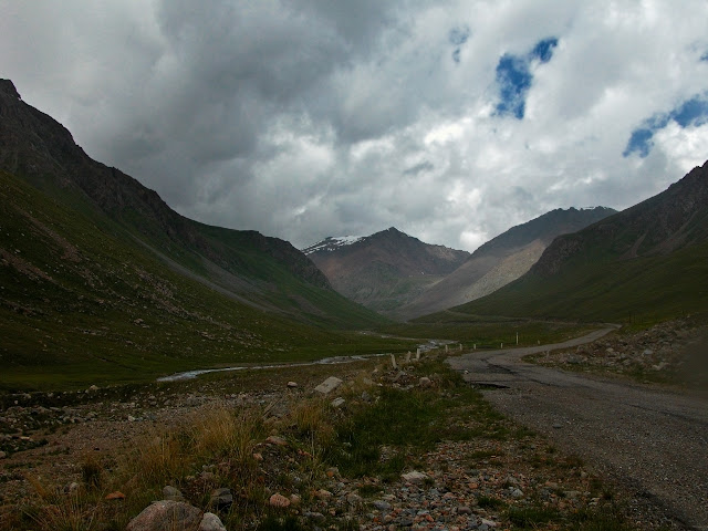 Haute vallée de la rivière Ottuk (3300 m) : vue vers le Nord et le la Chon Ashuu Pass, Terskey Alatau, Kirghizstan, 7 juillet 2006. Photo : B. Lalanne-Cassou