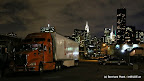 Truck in Long Island vor der Skyline von Upper-Manhattan