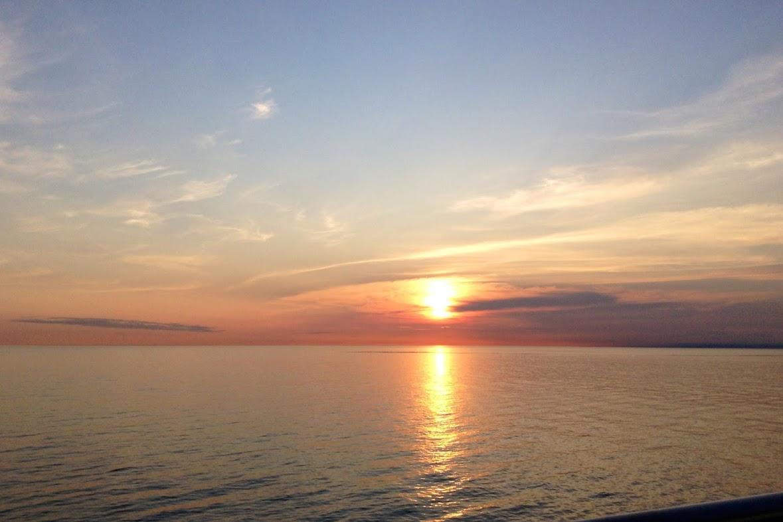 オレンジ色に染まる海と空