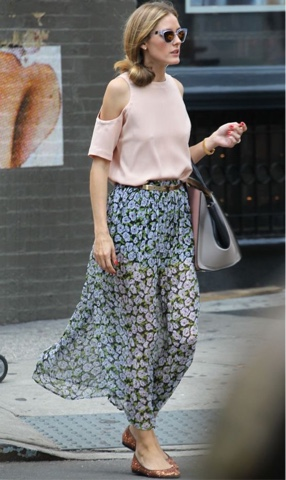 #streetstyle #outfit #outfitinspiration #look #lookbook #modaderua #cutoutshoulder #photography #stylephotography #whattowear #inspiração #inspiration #OliviaPalermo #flowy #floral #floralskirt #pink #cutouttop #flats #handbag #sunglasses #sunnies