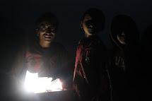 Do vysokohorských vesnic v Gorce, kde nefunguje elektřina a solární energie je pro rodiny jediným způsobem, jak si po setmění posvítit nebo nabít mobilní telefon, jsme dodali 570 solárních lamp. (Foto: Archiv ČvT)