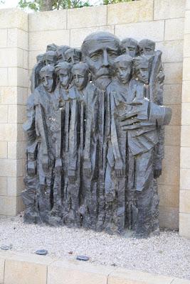 07/ Sculpture émouvante du professeur et de ses 200 élèves déportés avec lui.