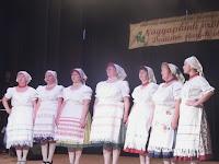 06 - A várhosszúréti Kéknefelejcs Népdalkör gömöri  népdalcsokrott hozott a közönségnek.JPG
