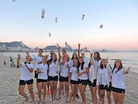 Mondial juniors 2015 - Rio de Janeiro : l'équipe de France juniors s'amuse bien avec la gourde AIA sur Copacabana.