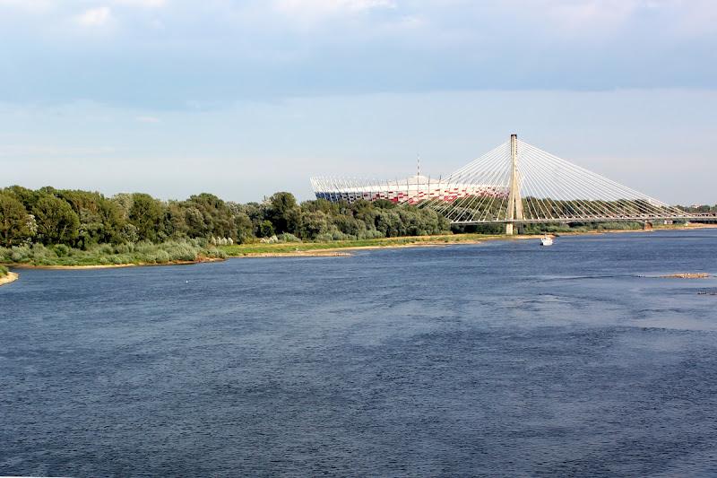 El Vístula con el Estadio Nacional de fondo