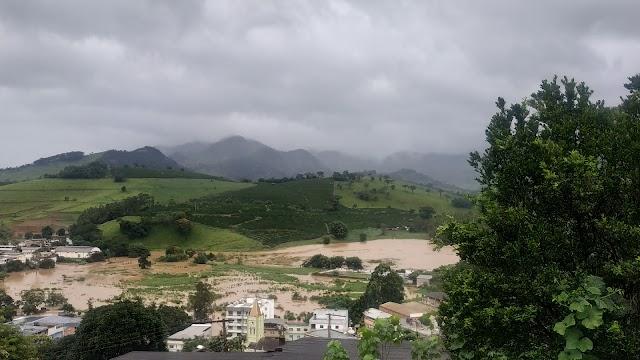 Confira registros fotográficos feitos nesta manhã em Divino após as últimas horas de chuva