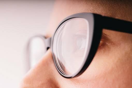 眼鏡をかけた男性の目元