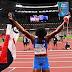 La dominicana Marileidy celebró su plata en 400 m. con Biblia y bandera en alto.