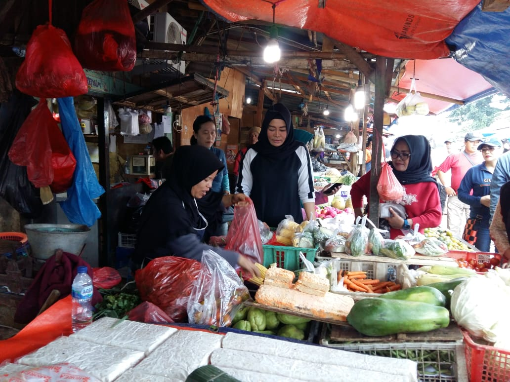 Yenny Sucipto Bacawali Kota Depok Blusukan ke Pasar Kemiri Bersama Relawan