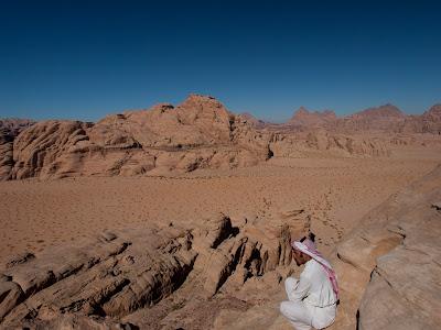 Un guia beduí contempla el desert