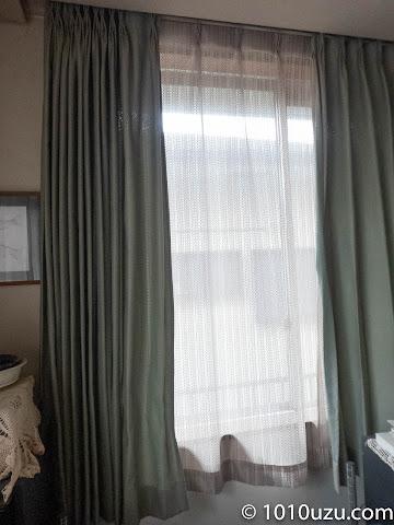 腰高窓のレースのカーテンも取り替えた