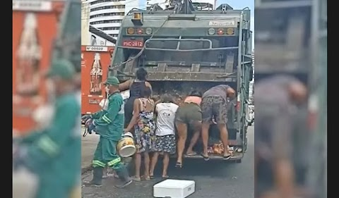 Moradores catam restos de comida em caminhão de lixo em Fortaleza