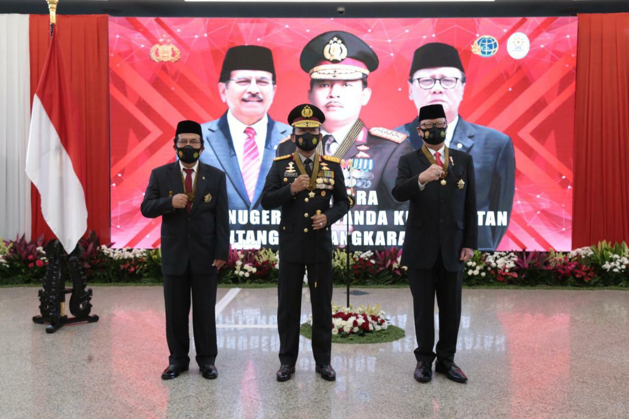 Kapolri Berikan Penghargaan Bintang Bhayangkara Utama Kepada Menpan RB dan Menteri ATR/BPN