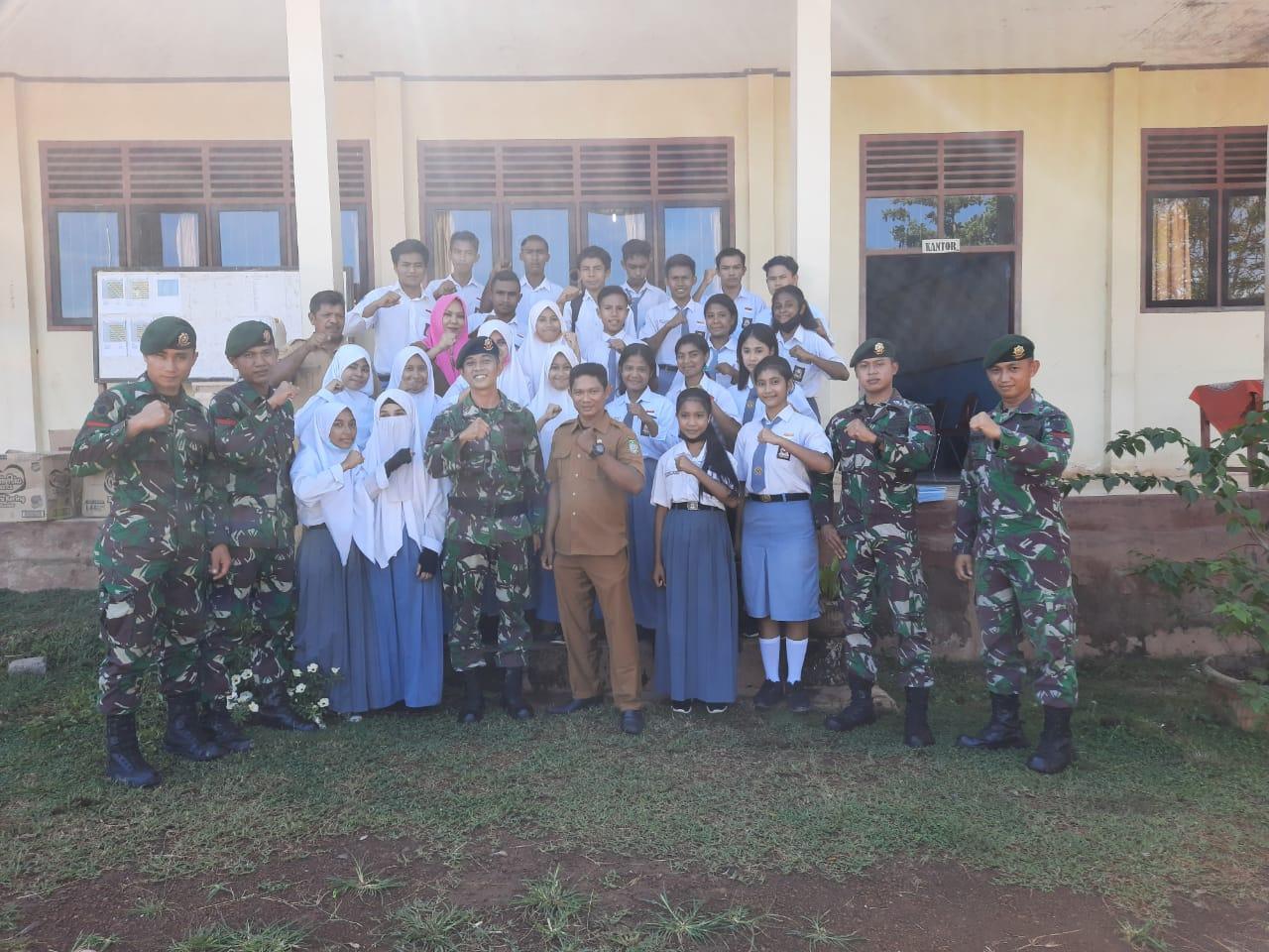 Satgas Yon 9 Kostrad Berikan Bantuan Buku Pelajaran Kepada SMAN 4 Halmahera Barat