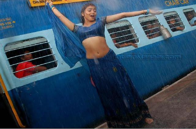 Shreya's hot naval show in Rain song Mazhai Movie